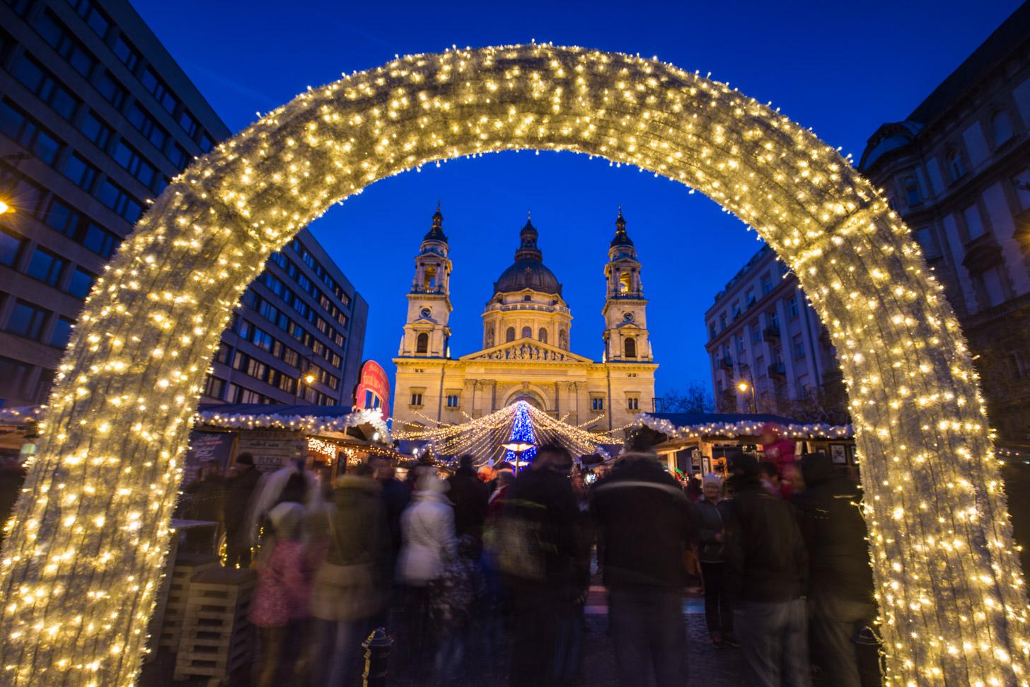 Kerstmarkt voor de Sint Stefanus Basiliek op het Sint Stefanus plein