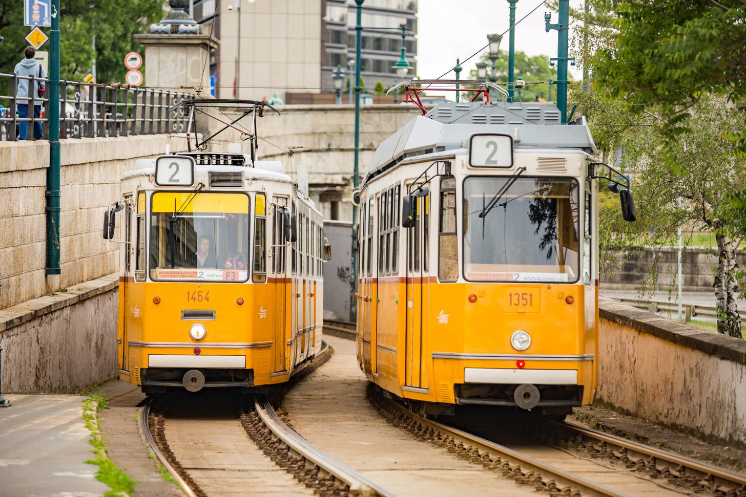 Twee trams die elkaar kruisen